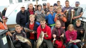 Zufrieden nach einem erfolgreichen Fangtag: Dorsche und einen prächtigen Hornhecht holten die Schüler aus dem Wasser.