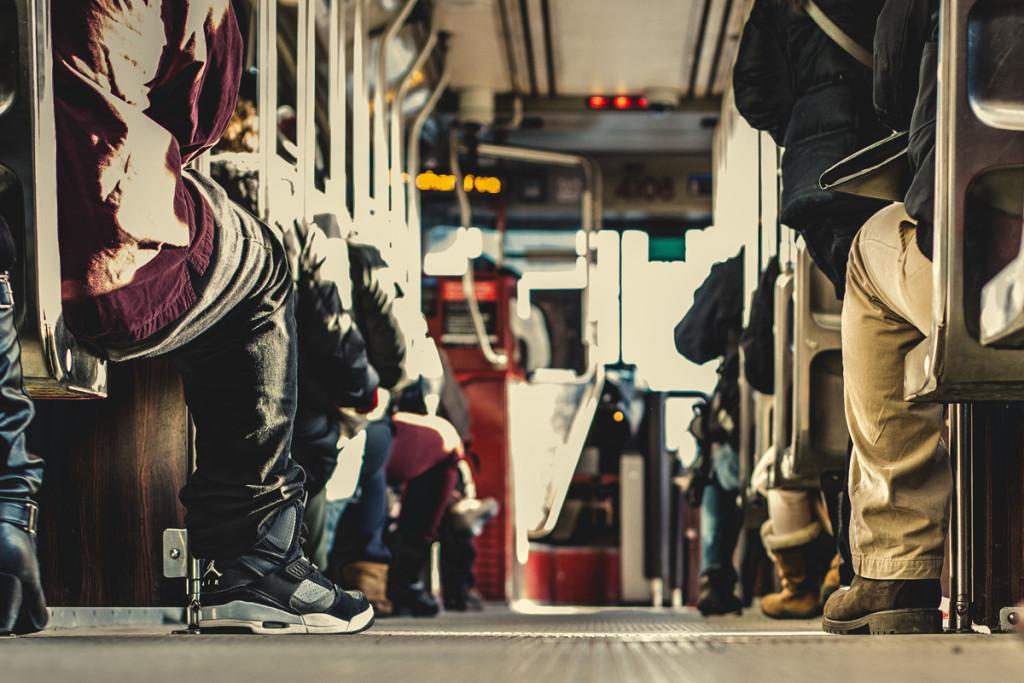 Rein in den Bus und ab zum Schüleraustausch nach Czarnkow. Foto: Matthew Wiebe (unsplash.com)